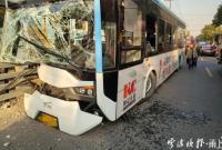 海曙古林镇一公交车撞上桥栏 有乘客受伤