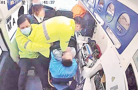 救护车上医生实施心肺复苏30分钟