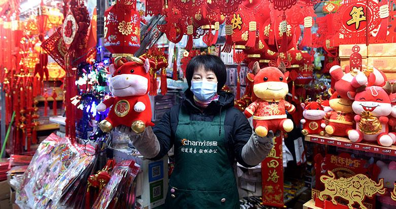 宁波节日气息浓厚 牛年饰品走俏市场