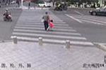 四岁孙女阻止爷爷闯红灯未果 下一秒被车撞飞