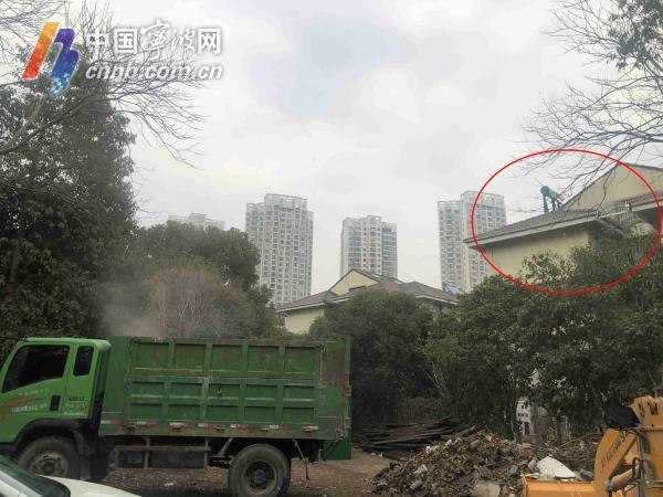 东湖花园一业主常居国外 自家别墅旁成垃圾堆放点久未解决
