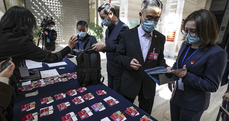 参加宁波市十五届人大六次会议的人大代表到驻地报到