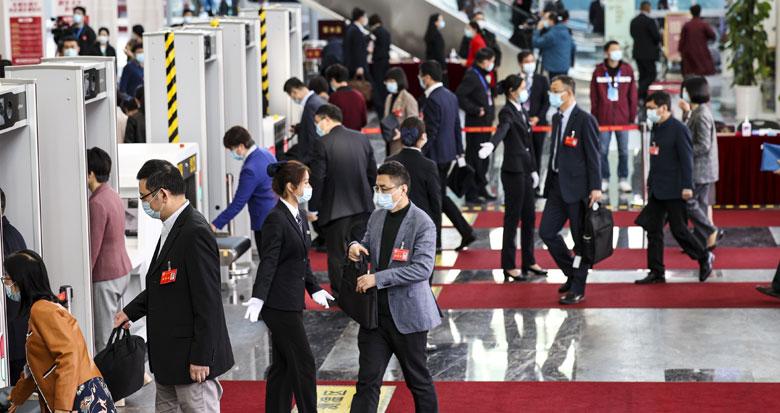 市人大代表步入会场