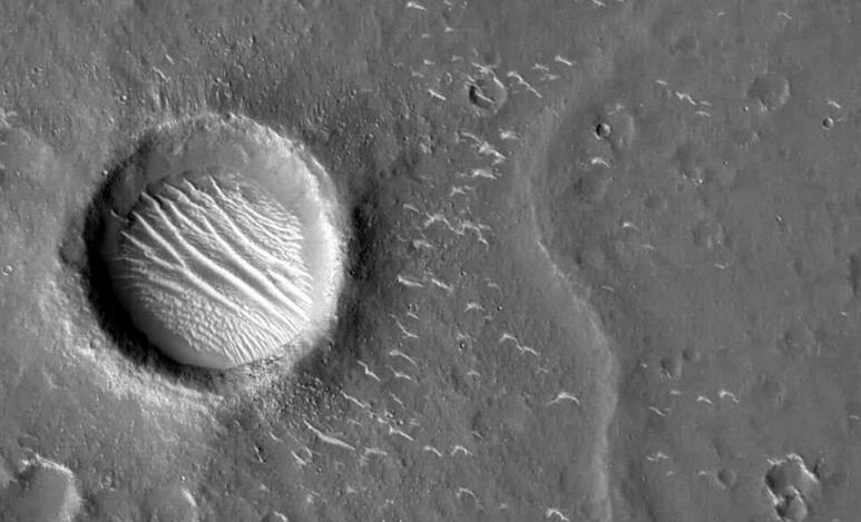 """天问一号火星图上的""""小白条""""是什么?科学家来告诉你"""