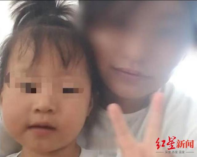 杜某浩生前与母亲刘某合照