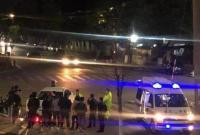 7岁小男孩被卷入车底 十几位市民抬车救人