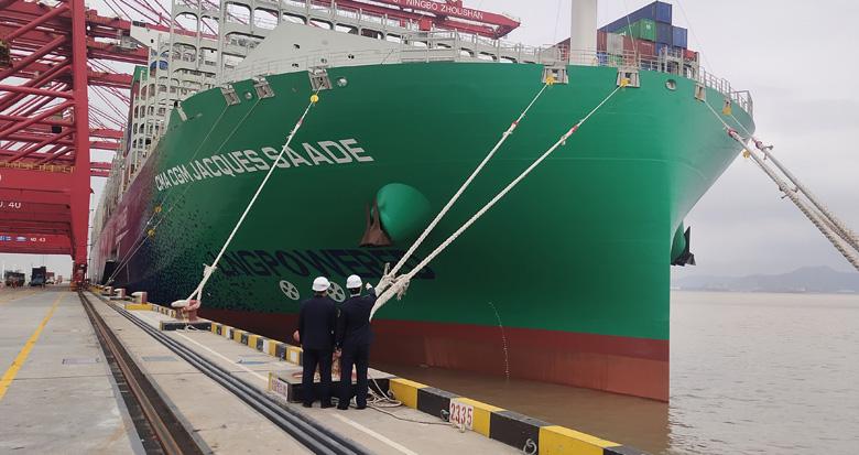 全球最大LNG动力集装箱船靠泊梅山港区 一举刷新两个记录