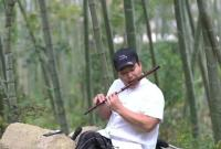 象山有位志哥 腿脚不便却学会了雕刻、吹笛...