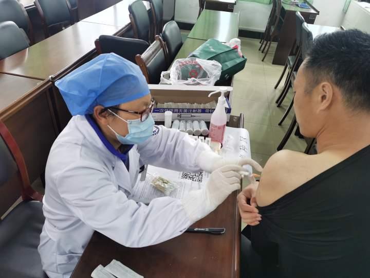 咸祥小学临时接种点-护士为教师接种疫苗.JPG