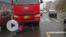 惊魂一幕!老人被货车拖行近20米 差点丧命