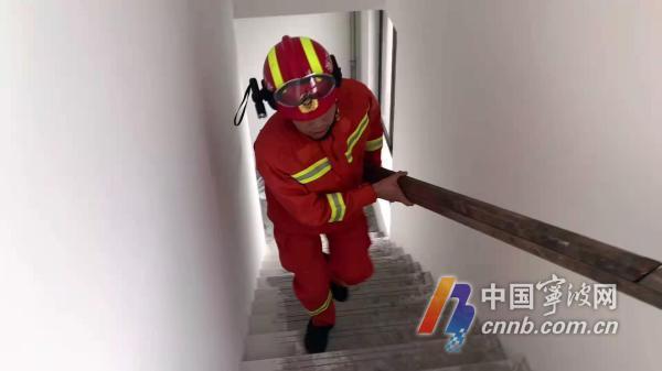 工人被困29楼外墙2小ag竞咪能力时 消防员徒步登29楼救济