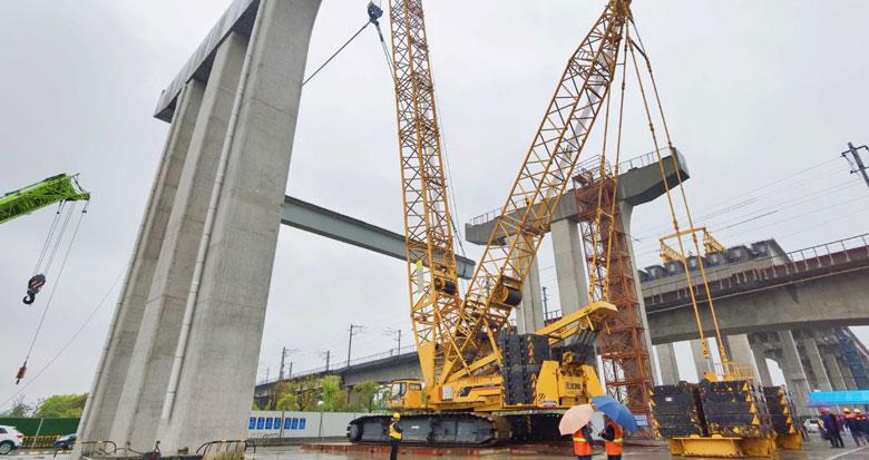 世纪大道快速路上跨北环铁路工程完成首片箱梁吊装