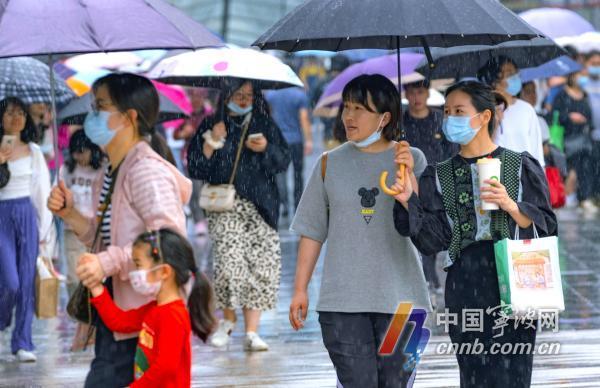 """今天(5月4日),""""五一""""小长假第四天,尽管甬城迎来降雨天气,但市天一广场步行街游客依然络绎不绝,热闹非凡,人们冒细雨观光游览,逛街购物,游兴不减,享受假日快乐。图片文件名为:""""五一""""假期近尾声   雨中天一广场人们游兴不减1至12。            周建平 摄"""