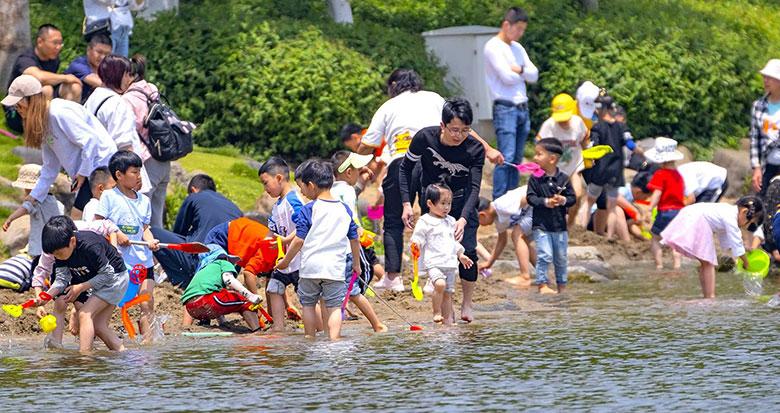 市民沙滩游玩 乐享假日最后时光