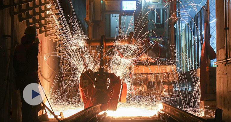 实拍宁波地铁轨道焊接过程 自动焊轨机焊花闪耀