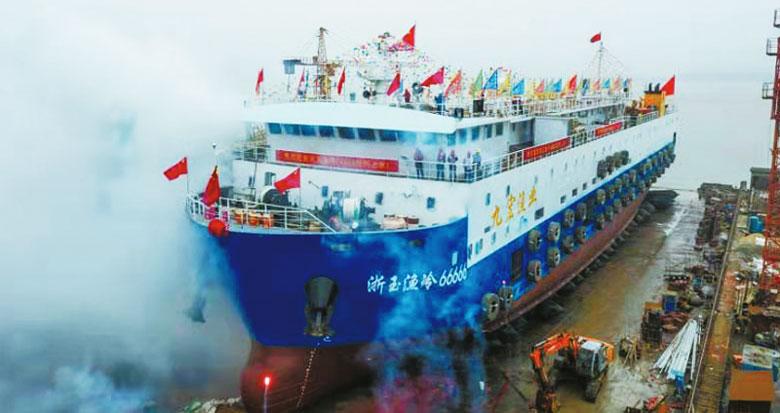 """海鲜加工厂""""搬""""到海上 国内最先进虾皮加工船在甬下水"""