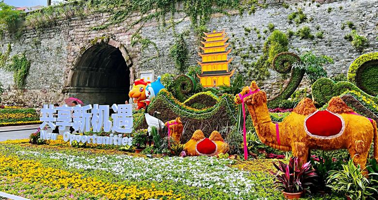 立体花雕景观亮相鼓楼和中山广场 7万盆花草迎盛会