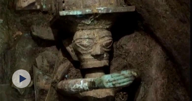 国宝级文物亮相:铜顶尊跪坐人像