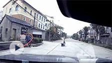 骑车老人被撞后掉入河 宁波小伙飞奔跳河救人