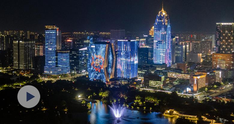 驼娃海娃共舞 中东欧博览会主题灯光秀点亮全城