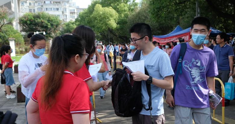 宁波高考首日 考生奔赴考场