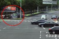 电动三轮车街头突发自燃 路过的铁骑队员挺身而出……