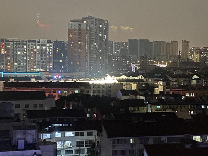 吴江无眠:远处亮光处为救援现场。澎湃新闻记者 袁杰 图