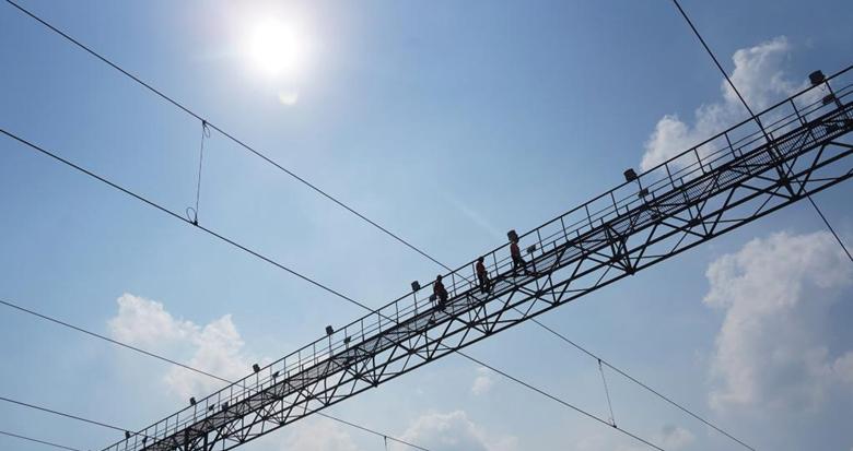 60℃灯桥上的铁路电力工
