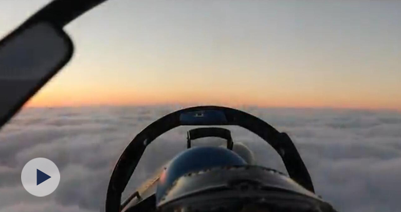 坐在战机驾驶舱看晚霞是什么体验?