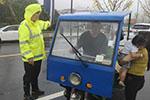 心真大!台风天一家三口驾驶电动三轮车去观潮 其中一名年仅2岁