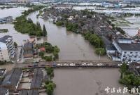 记者直击洞桥镇百梁桥村:进出村子的道路均被积水阻挡