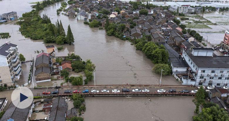 直击洞桥镇百梁桥村:进出村子的道路均被积水阻挡