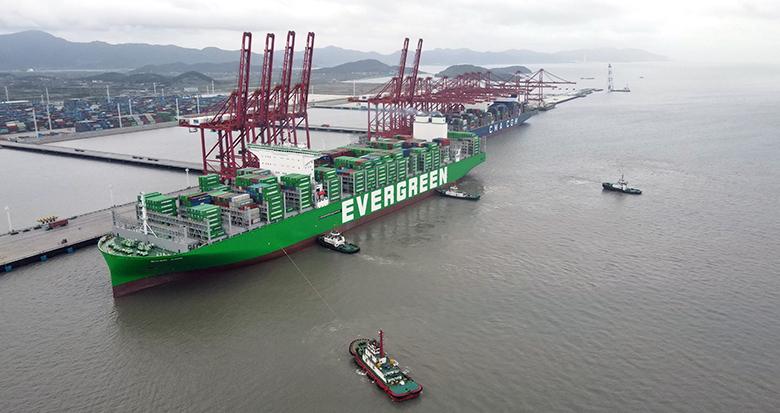 """宁波舟山港接靠世界最大集装箱船""""长范""""轮"""