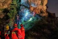 惊险!小伙夜晚野外攀岩被困 为救他连无人机都出动了
