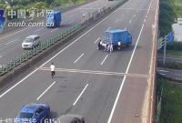 宁波发生货车抛锚致高速缓行 11人合力推车清障