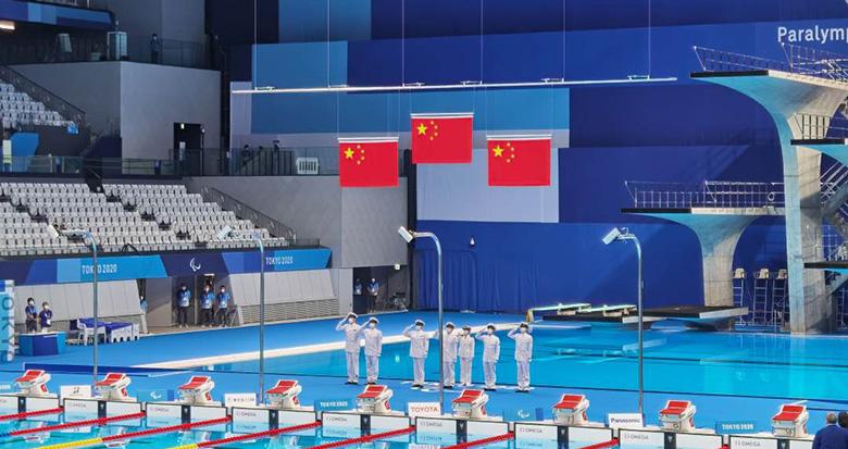 中国游泳包揽金银铜牌 三面五星红旗升起!