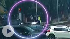 暖心一幕!雨天老人在路口徘徊 他拿出雨衣为她披上…