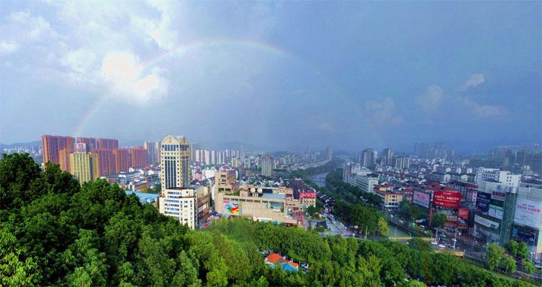 雨后现彩虹