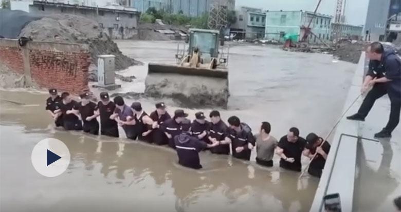 """奉化江石�\段堤坝出现缺口 一道""""人墙""""立了起来"""