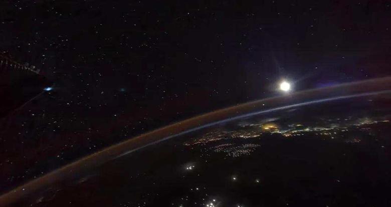"""中秋""""特殊礼物""""!这是航天员在空间站拍摄的月亮"""