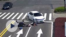 爷爷骑电动车载着孩子闯红灯 双双被撞飞……