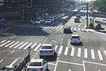 暖心一幕!绿灯已经亮起 排队车辆却静静等待老人过马路…