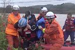 消防员暴雨中渡河救人 发现救的竟是自己妈妈
