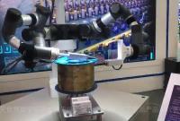 """能穿针能制作冰淇淋 """"身怀绝技""""的机器人亮相智博会"""