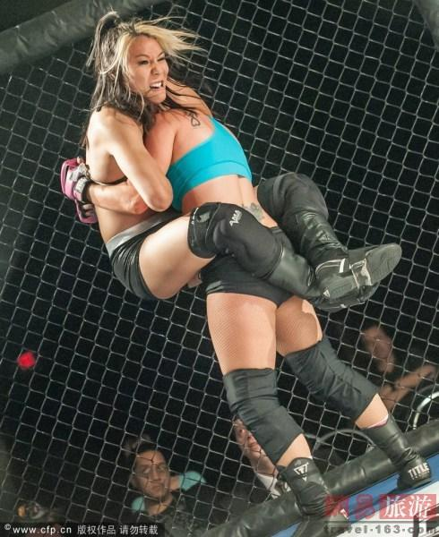 美国拉斯维加斯举办内衣摔角锦标赛
