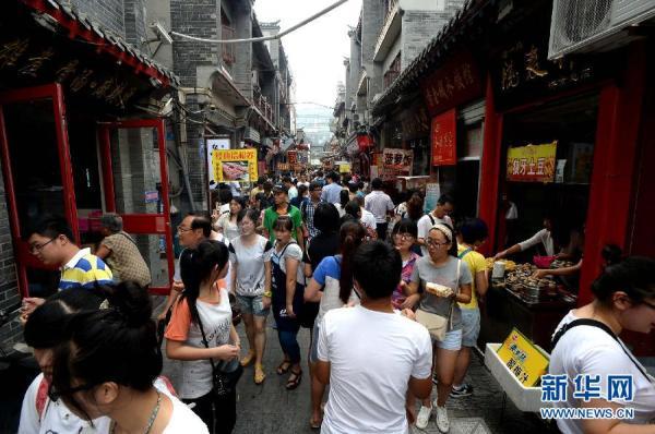 山东济南著名的小吃一条街芙蓉街里每天